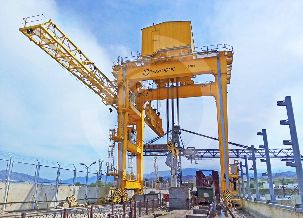 The gantry special crane with 560 t lifting capacity